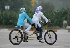 De fiets is in opspraak geraakt in Iran. De kwestie 'vrouwen in het openbaar op de fiets' in Iran is zelfs onderwerp van discussie in de Majlis geworden en ook Ayatollah Elm Alhuda heeft aangegeven dat hij vind dat vrouwen uitstekend kunnen fietsen in de achtertuin.